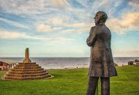 Statue_of_Henry_Styleman_Le-Strange_looks_across_Hunstanton_Green